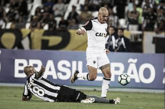 """Fábio Santos vê Atlético superior ao Botafogo e lamenta empate: """"Um pecado"""""""