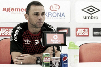 """Apesar de derrota na última rodada, Fabinho Santos destaca returno: """"Feliz pelo que foi feito"""""""