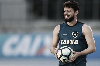 Recuado, João Paulo é mais participativo e ajuda Botafogo a conquistar vitória