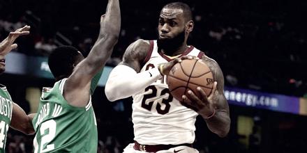 El rey da cátedra en su debut frente a Celtics