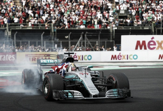 Mercedes lucha por retener a Hamilton