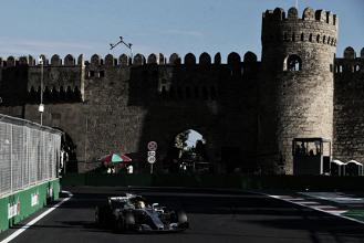 Lewis Hamilton vuela por las calles de Bakú y consigue la Pole