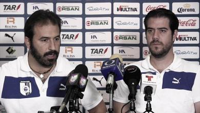 Arturo Villanueva y Joaquín Beltrán fuera de Gallos Blancos