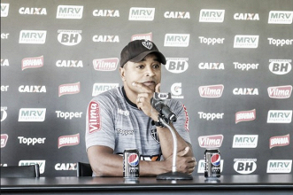 Comparação Premier League e foco em início positivo: Roger se prepara para estreia no Brasileirão