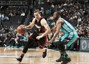 Miami Heat vence confronto direto com Charlotte Hornets e volta à zona dos playoffs
