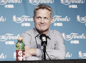 """Após ser ovacionado em retorno, Steve Kerr afirma: """"É bom estar de volta"""""""
