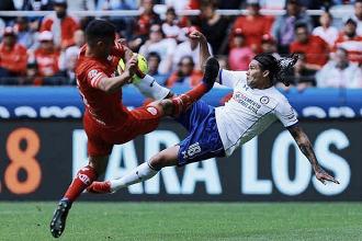 Cruz Azul rescata el empate en el 'Infierno'