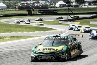 Marcos Gomes parabeniza Daniel Serra pelo título da Stock Car, após disputa em Interlagos