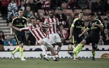 Arsenal visita renovado Stoke visando manter 100% na Premier League
