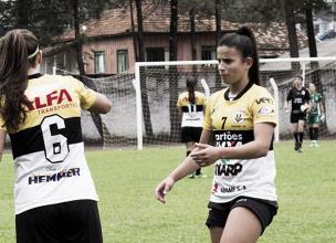 Versatilidade: volante Carol Matos se destaca em três modalidades do futebol