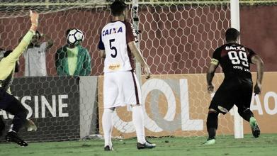 Vitória vence Paraná e se distancia da zona de rebaixamento do Brasileirão