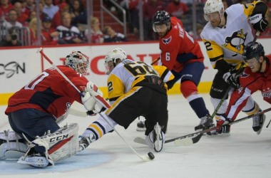 The Capitals' Braden Holtby pokes away a scoring threat in Game 5. (Photo: John McDonnell/ The Washington Post)