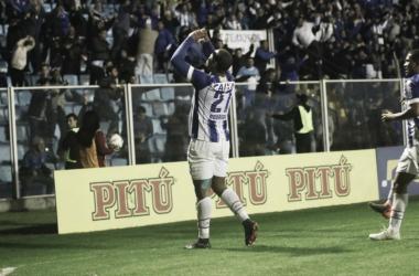 Rodrigão comemorou gol da vitória junto da torcida (Foto: Jamira Furlani / Avaí FC)