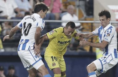 """<p class=""""MsoNormal"""" align=""""center"""">Oyarzábal disputando la pelota con Santi Cazorla. // Foto: realsociedad.es<br></p>"""