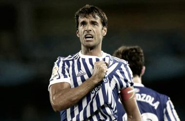 Xabi Prieto siente el escudo de la Real Sociedad tras celebrar un gol | Foto: LaLiga