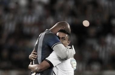 Erik abraça Jefferson na despedida do goleiro e, possivelmente, a sua também (Foto: Divulgação / Botafogo)