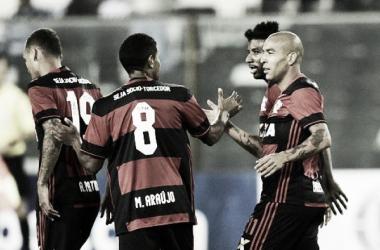 Jogadores comemorando o gol de Emerson Sheik no jogo de ida (Foto: Flamengo / Divulgação)