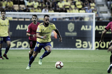 Edu Ramos conduce la pelota. Fuente: cádizcf.com