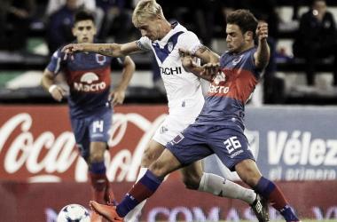 Menossi marcando a Caire, fueron ex compañeros (Foto: Olé).