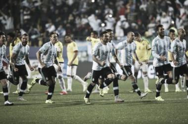 Tevez ya metió el penal y Argentina se desahoga tras una larga agonía. Foto: PlayFutbol