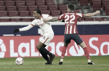 Koundé y Hermoso en un choque entre ambos | Foto: Sevilla FC