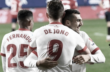 Joan Jordán y de Jong celebran un gol ante Osasuna / Foto: Sevilla FC