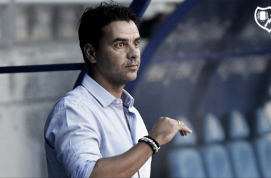 Míchel analiza una jugada del Rayo Vallecano durante un partido | Fotografía: Rayo Vallecano