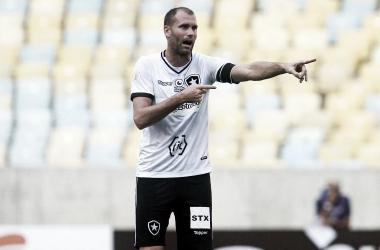 Um dos pilares defensivos do Botafogo, Joel Carli será desfalque contra o Palmeiras