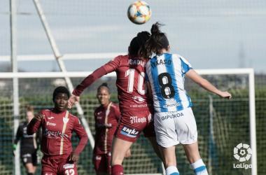 Isadora e Itxaso luchan por un balón en el último Real Sociedad - EDF Logroño disputado en Zubieta. Foto: LaLiga.