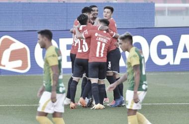 """ABRAZO DE GOL. Los hombres del """"Rojo"""", se abrazan tras el gol de Soñora en el último partido en Avellaneda. Foto: Web"""