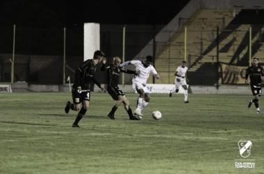 El partido se disputó a las 19:00hs en la cancha de Almirante Brown y se transmitió en TyC Sports Play