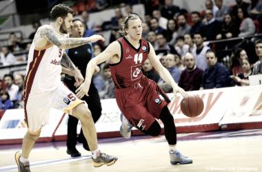 Jordan Swing, en la temporada 2015-16, disputó algunos partidos de Eurocup con el, aún, CAI Zaragoza; en la imagen está atacando a Vladimir Micov, de Galatasaray (Foto: Basket Zaragoza)