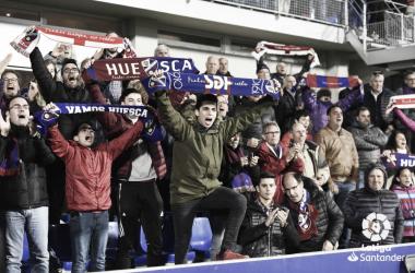 La afición oscense animando a la SD Huesca durante su descenso a la Segunda División. Foto: LaLiga.