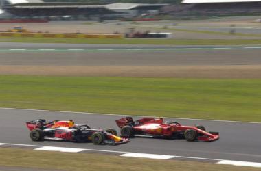 Max Verstappen tratando de llevar a cabo su adelantamiento a Sebastian Vettel, momentos antes del fatídico choque.