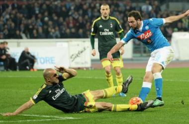 Deviazioni decisive al San Paolo: tra Napoli e Milan finisce 1-1 e la Juventus rimane in testa