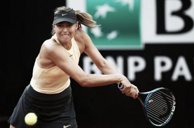 Sharapova pegando su revés | Foto: Internazionali BNL d'Italia