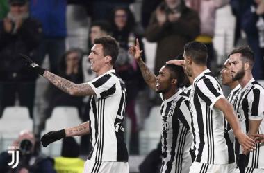 Douglas Costa ha festeggiato così il suo gol contro il Genoa. | juventus.com
