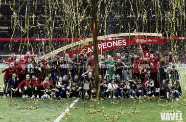 Plantilla FC barcelona, celebrando uno de los títulos l Foto: Daniel Nieto - VAVEL