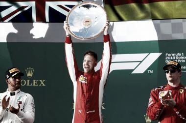 Vettel, con el trofeo en sus manos | Foto: EFE