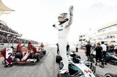 Hamilton festejando sobre la rueda de su monoplaza | Foto: Motorsport