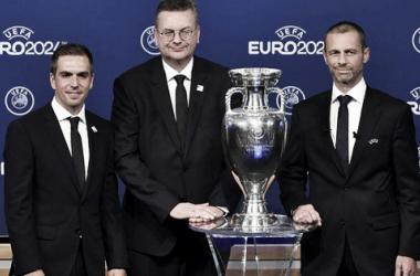 O embaixador Philipp Lahm ao lado do presidente da DFBReinhard Grindel, e do presidente da Uefa, AleksanderČeferin (Divulgação/UEFA)
