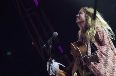 Sofía Ellar escuchando a su público cantar una de sus canciones en Alicante | Foto: Rubén Bonmatí