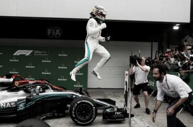 Hamilton saltando de su Mercedes | Foto: Fórmula 1