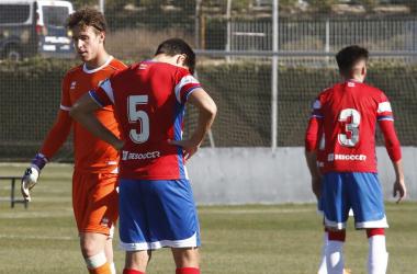 Los jugadores del filial decepcionados tras la derrota. Foto: Antonio L. Juárez