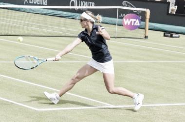 Flipkens yendo a buscar una pelota abajo | Foto: WTA