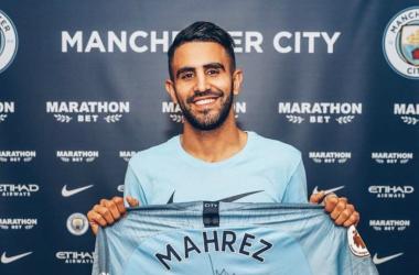 Riyad Mahrez con la sua nuova maglia del Manchester City. | @Mahrez22, Twitter.