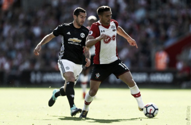 Mkhitaryan insegue Redmond in questo scatto. | Manchester United, Twitter.