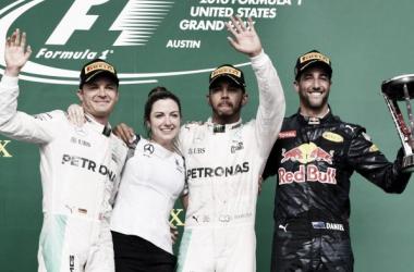 Los tres del podio y Victoria Vowles (directora de servicios de Mercedes) | Foto: Fórmula 1