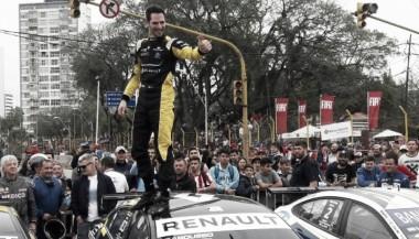 Ardusso sobre el techo del Renault Fluence GT | Foto: Carburando