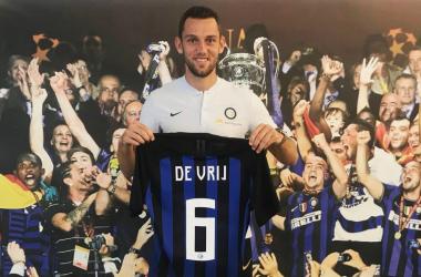 Stefan De Vrij con la sua nuova maglia. | @Inter, Twitter.